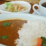 『Cue's Cafe (キューズ カフェ)』で彩り鮮やかなカレーランチ 【西船橋】