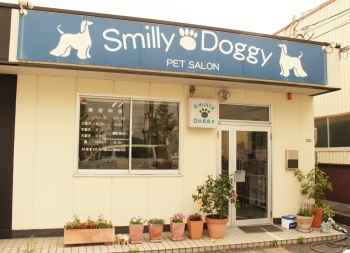 「Smilly Doggy」のロゴの青い看板が目印「Smilly Doggy(スマイリードギー)」