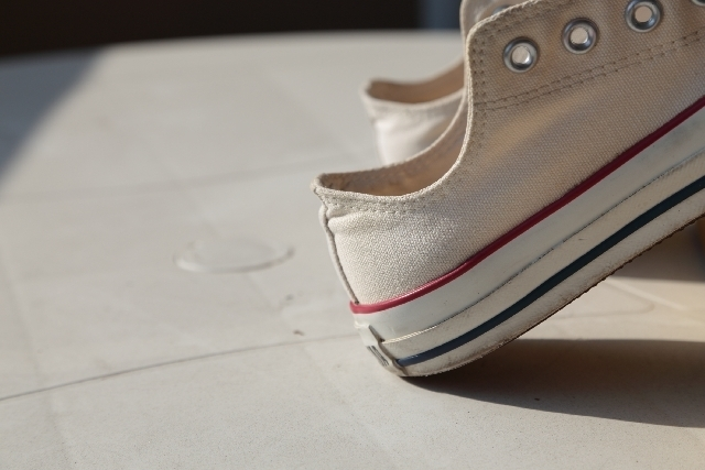 """靴底の減り方、チェックしてますか?正しいスニーカー選びで""""美歩行""""に。"""