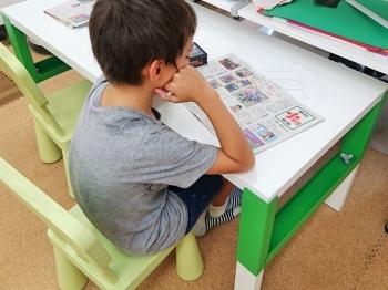新聞を使ったワークに取り組む3年生