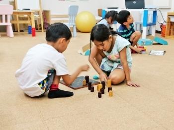 ボードゲームに夢中の子供たち