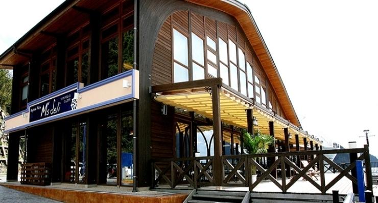 「BaysidePlace M'sdeli(ベイサイドプレイス エムズデリ)」舞鶴湾が目の前に広がるカフェ&レストラン イルカが見られるかも