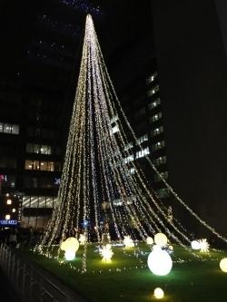 【福岡銀行本店広場】イルミネーション「地域とともに、新しい未来へ」