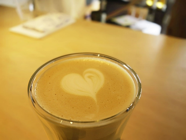 「COMMA,COFFEE STAND」 小馬出町の角に佇む土蔵造りのコーヒースタンドです。